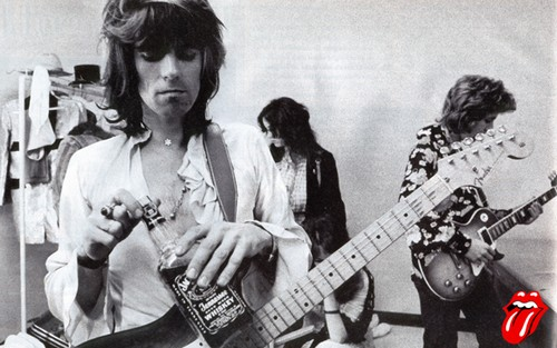 Here s 8 photos of keith richards drinking jack daniels for Cocktail jagger